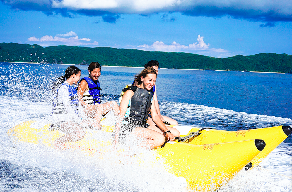 座間味でアクティビティーはレンタル比嘉のバナナボートで無人島